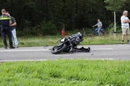 Motorrijder ernstig gewond na botsing in Mill