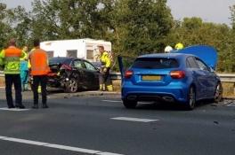 Rijbaan A50 dicht na ongeval met 3 auto's