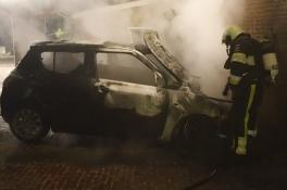 'We mogen van geluk spreken dat er geen gewonden zijn gevallen of erger', brand verwoest auto Grave
