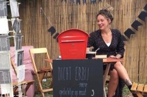 Sophie maakt persoonlijke gedichten op aanvraag om mensen op te fleuren
