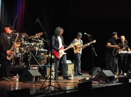 Bandleden Frank Zappa met Banned From Utopia naar Roepaen